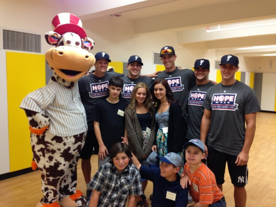 Staten Island Yankees with a group of volunteers